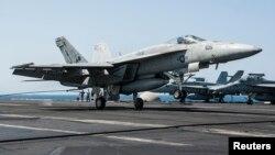 23일 시리아 내 ISIL 공습 작전에 동원된 미 해군 소속 F/A-18 전투기가 공습을 마친 후 페르시만의 조지 H. W. 항공모함으로 귀환하고 있다.