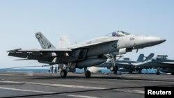 지난 9월 23일 시리아 내 ISIL 공습 작전에 동원된 미 해군 소속 F/A-18 전투기가 공습을 마친 후 페르시만의 조지 H. W. 항공모함으로 귀환하고 있다.