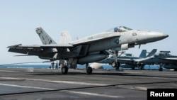 지난해 9월 시리아 내 ISIL 공습 작전에 동원된 미 해군 소속 F/A-18E 전투기가 공습을 마친 후 페르시만의 조지 H. W. 항공모함으로 귀환하고 있다. (자료사진)