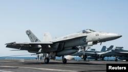 Chiến đấu cơ F / A-18E Super Hornet trên tàu sân bay USS George HW Bush, ngày 23/9/2014.