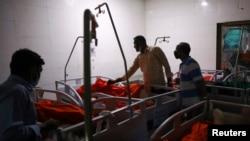 ڈھاکہ کے ایک اسپتال میں آگ سے جھلسنے والے افراد کا علاج کیا جا رہا ہے۔