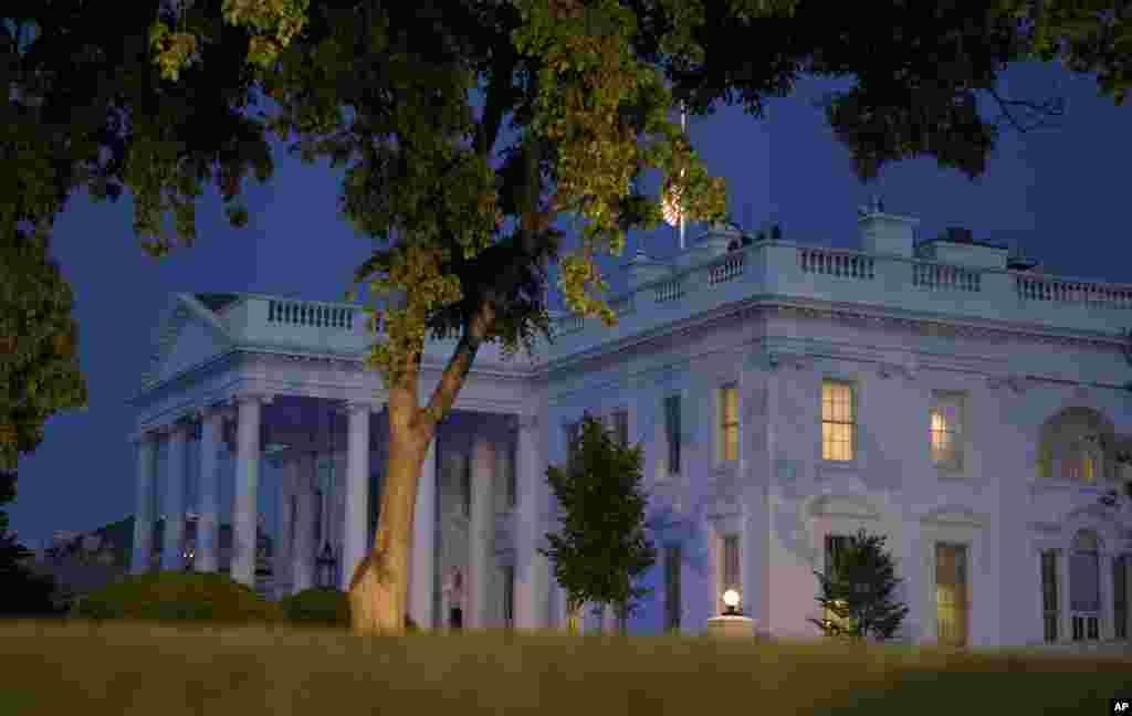 چراغهای آبی رنگ بر روی کاخ سفید به افتخار افسران پلیس آمریکایی که جان خود را حین کار از دست داده اند.
