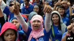 Pekerja Indonesia dari berbagai organisasi buruh melakukan protes di Jakarta terkait sistem alih daya, kenaikan upah dan kondisi pekerjaan yang lebih baik. (Foto: Dok)