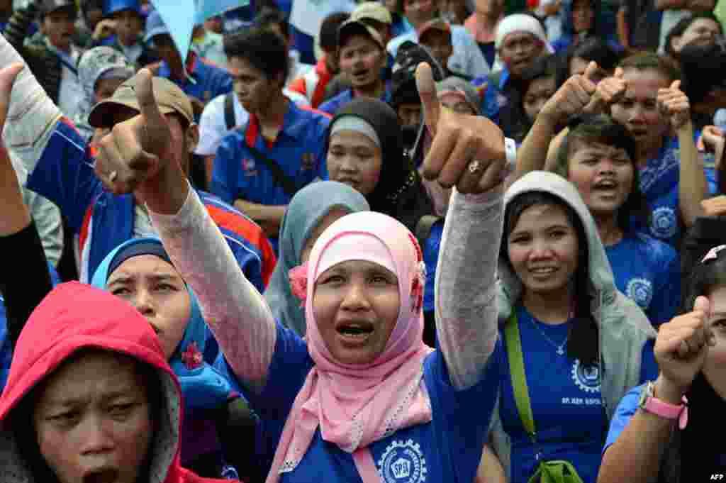 Pekerja dari berbagai kelompok buruh berdemonstrasi melawan 'outsourcing' untuk pekerja kontrak di Jakarta (3/10).