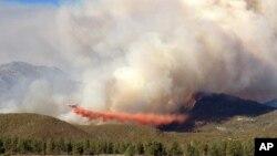Un DC-10 del Servicio Forestal combate las llamas en una montaña de California.