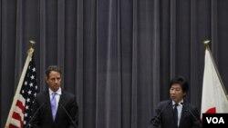 El secretario del Tesoro, Timothy Geithner y el ministro de Finanzas de Japón, Jun Azumi durante la conferencia de prensa en Tokio.