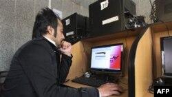 Один из посетителей интенет-кафе в центре Тегерана. Иран. 18 января 2011 года