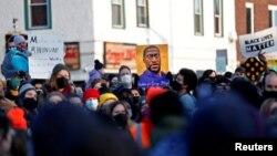 Dân chúng phản ứng sau phán quyết kết tội cựu cảnh sát viên Derek Chauvin trong cái chết của ông George Floyd. Ảnh chụp tại nơi được đặt tên là quảng trường George Floyd, thành phố Minneapolis, bang Minnesota ngày 30/4/2021. REUTERS/Octavio Jones