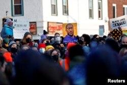 Reaksi massa yang berkumpul di George Floyd Square di Minneapolis, Minnesota, setelah mantan polisi Minneapolis, Derek Chauvin, diputus bersalah dalam kasus pembunuhan George Floyd, Selasa, 20 April 2021.