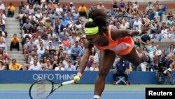 Serena Williams dari AS gagal mengembalikan pukulan Roberta Vinci dari Italia dalam semifinal AS Terbuka di New York (11/9). (Reuters/Shannon Stapleton)