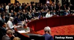 라오스 비엔티안에서 8일 열린 동아시아정상회의에서 각국 정상들이 회의를 준비하고 있다.