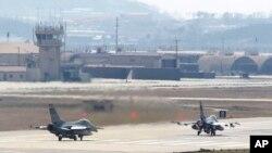 지난해 4월 미·한 연합훈련인 '키 리졸브' 연습에 참가한 미 공군 소속 F-16 전투기가 오산 공군기지에서 이륙하고 있다. (자료사진)