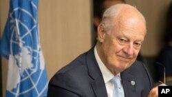 Стаффан де Містура під час розмови з представником сирійської опозиції
