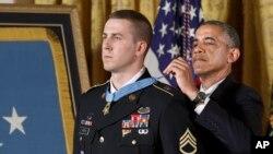 Le président Barack Obama remettant la médaille d'honneur à Ryan M. Pitts, 28, à la Maison-Blanche (Photo AP)
