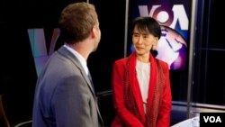 VOA's Scott Stearns interviews Burmese opposition leader Aung San Suu Kyi at VOA in Washington D.C., Tuesday, Sept. 18, 2012. (VOA/A. Klein)