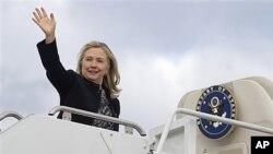 ລັດຖະມົນຕີການຕ່າງປະເທດສະຫະລັດ ທ່ານນາງ Hillary Clinton ໂບກມື ໃນຂະນະເລີ້ມອອກເດີນ ທາງໄປຢ້ຽມຢາມສອງປະເທດເອເຊຍ ໃນວັນຈັນ ທີ 28 ພະຈິກ ໃນນັ້ນລວມມີ ມຽນມາ ຊຶ່ງຈະເປັນປະເທດທີ່ ລັດຖະມົນຕີການຕ່າງປະເທດສະຫະລັດໄປຢ້ຽມຢາມເທື່ອທຳອິດ ໃນຮອບ 50 ປີ (AP Photo, Saul Lo