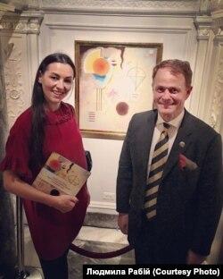 Людмила Рабій із президентом Стокгольмського аукціону Нікласом Форсманом, на фоні роботи Кандинського
