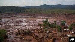 Vista aérea del pueblo Bento Rodriguez, en Minas Gerais, Brasil, el viernes 6 de noviembre de 2015, tras la explosión de una represa, el jueves.