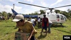 Helikopter PMI berisi bantuan mendarap di Silabu, Mentawai (foto dok. 1 November 2010).
