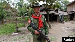 Seorang tentara berjaga-jaga dekat perumahan warga Muslim di Shwe Lay di negara bagian Rakhine, Myanmar (10/2).