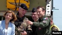 La ministre française de la Défense, Florence Parly, le général François Lecointre avec le président Emmanuel Macron en visite sur une base de l'armée française à Istres, France, le 20 juillet 2017.