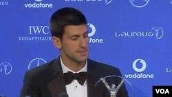 Novak Djokovic saat menerima penghargaan atlet terbaik tahun 2011 dari perusahaan Laureus di London (7/2).