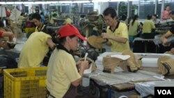張漢文表示,他東莞鞋廠的生產線工人平均月薪超過960美元,比台灣工人的基本工資約645美元還高。(美國之音湯惠芸拍攝)