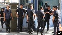 16일 말레이시아 경찰이 김정남 씨의 시신을 부검한 쿠알라 룸푸르 병원 앞을 지키고 있다.