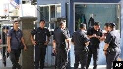 Polisi berjaga-jaga dekat pintu masuk departemen forensik di rumah sakit di Kuala Lumpur (16/2).