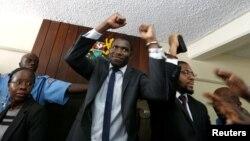Polisi memborgol pejabat serikat dokter Kenya dalam pengadilan di Nairobi (13/2).