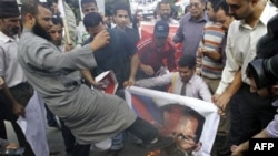Сирійський демонстрант перед штаб-квартирою Ліги арабських держав у Каїрі