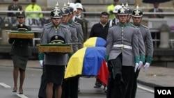"""Santos afirmó que los rehenes """"fueron asesinados a mansalva cuatro de nuestros héroes, a quienes despedimos con los honores que merecen""""."""