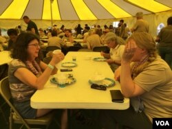 Parents of Cambodian adoptees enjoy Cambodian foods under a big yellow tent during the Cambodian Heritage Camp at Snow Mountain Range, Colorado in July 2017. (Poch Reasey/VOA Khmer)