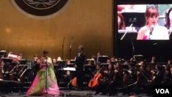 유엔 창설 70주년과 한국전 65주년을 맞아 지난달 27일 미국 뉴욕 유엔본부에서 열린 음악회에서 세계적인 소프라노 조수미 씨가 울산시립교향악단과 공연을 펼치고 있다.
