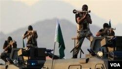 Pasukan khusus anti-teror Arab Saudi melakukan latihan (foto: dok). Kedubes AS di Saudi khawatir kemungkinan penyusupan teroris dari Yaman ke Saudi.