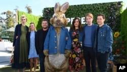 """Sesi pemotretan film """"Peter Rabbit"""" di London Hotel bersama Elizabeth Debicki, Margot Robbie, James Corden, Peter Rabbit, Rose Byrne, Domhnall Gleeson, dan Will Gluck hari Jum'at, 2 Februari 2018 di West Hollywood, California (foto: Jordan Strauss/Invision/AP)"""