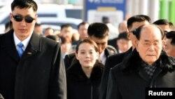 金永南(右)與金與正(中)率團2018年2月9日抵達南韓(路透社)