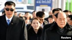 Delegasi Korea Utara yang dipimpin oleh Kim Yo-jong, adik perempuan pemimpin Korut Kim Jong-un bersama Pimpinan Presidium Majelis Rakyat Tertinggi Kim Yong-nam meninggalkan Bandara Internasional Incheon di Korea Selatan untuk menghadiri Olimpiade Musim Dingin di Pyeongchang, Incheon, 9 Februari 2018.
