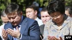 Roza Otunbayeva yil oxirida prezidentlikni Olmosbek Otamboyevga topshirishi va parlament boshqaruv tizimiga o'tayotgan Qirg'izistonda yangi hukumat vujudga kelishi kutilmoqda. Parlament spikeri Ahmatbek Keldibekov (chapdan) Qirg'iziston ulkan o'zgarishlar