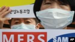 한국에서 메르스 확산의 진원지로 지목돼 온 삼성서울병원에서 근무하는 한 여성이 최근 그동안 병원 측의 부실 대응을 비난하며 시위를 벌이고 있다.