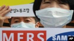 Para anggota Serikat Pekerja Kesehatan dan Medis Korea Selatan memprotes kurangnya kontrol Pusat Medis Samsung dalam mencegah penyebaran MERS (19/6). (AP/Ahn Young-joon)
