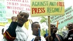 Des journalistes éthiopiens manifestent pour la liberté de la presse devant l'ambassade éthiopienne à Nairobi, le mardi 2 mai 2006. (AP Photo / Sayyid Azim)