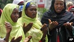 Musulmanas oran por las niñas que Boko Haram secuestro de una escuela en Chibok.