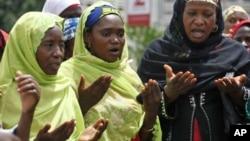 Muslim women pray.