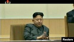 북한 김정일 사망 2주기인 17일 중앙추모대회가 열린 가운데, 주석단에 앉은 김정은 국방위원회 제1위원장이 박수를 치고 있다.