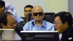 ໃນພາບທີ່ເປີດເຜີຍ ໂດຍສານໃນກຳປູເຈຍ Nuon Chea ຜູ້ເປັນຫົວໜ້າໂຄສະນາລັດທິ ແລະ ຜູ້ນຳຄົນທີ 2 ຂອງຂະເໝນແດງ ນັ່ງຟັງໃນຫ້ອງການສານ ລະຫວ່າງການດຳເນີນຄະດີ ອາຊະຍາກຳສົງຄາມ ຂອງສານສາກົນ ທີ່ຊຸກຍູ້ໂດຍສະຫະປະຊາຊາດ ຢູ່ນະຄອນຫລວງ Phnom Penh.