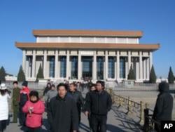 游人参观毛泽东纪念堂