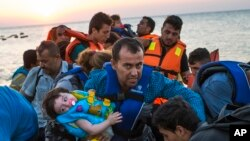 Para migran dari Suriah tiba di Pulau Kos, Yunani (13/8).