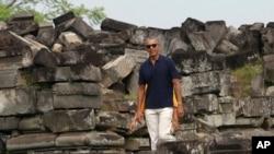 Mantan Presiden Amerika, Barack Obama mengunjungi Candi Prambanan, Yogyakarta, 29 Juni 2017. (AP Photo)