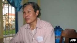Ảnh chụp cha Lý ngồi trong phòng của cha ở Huế 15/3/2010